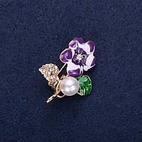 Брошь Цветок с жемчужной бусиной эмаль стразы цвет белый зеленый фиолетовый 32х23мм золотистый металл купить