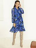 Блакитне плаття з шифону в квітковий принт з воланом по низу, фото 4