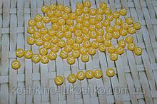 Бусина желтая с белой буквой . английский алфавит. 7 мм