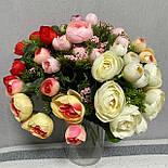 Штучні квіти Букет ранункулюса з ягодою 30 см. штучна камелія персиковий, фото 2