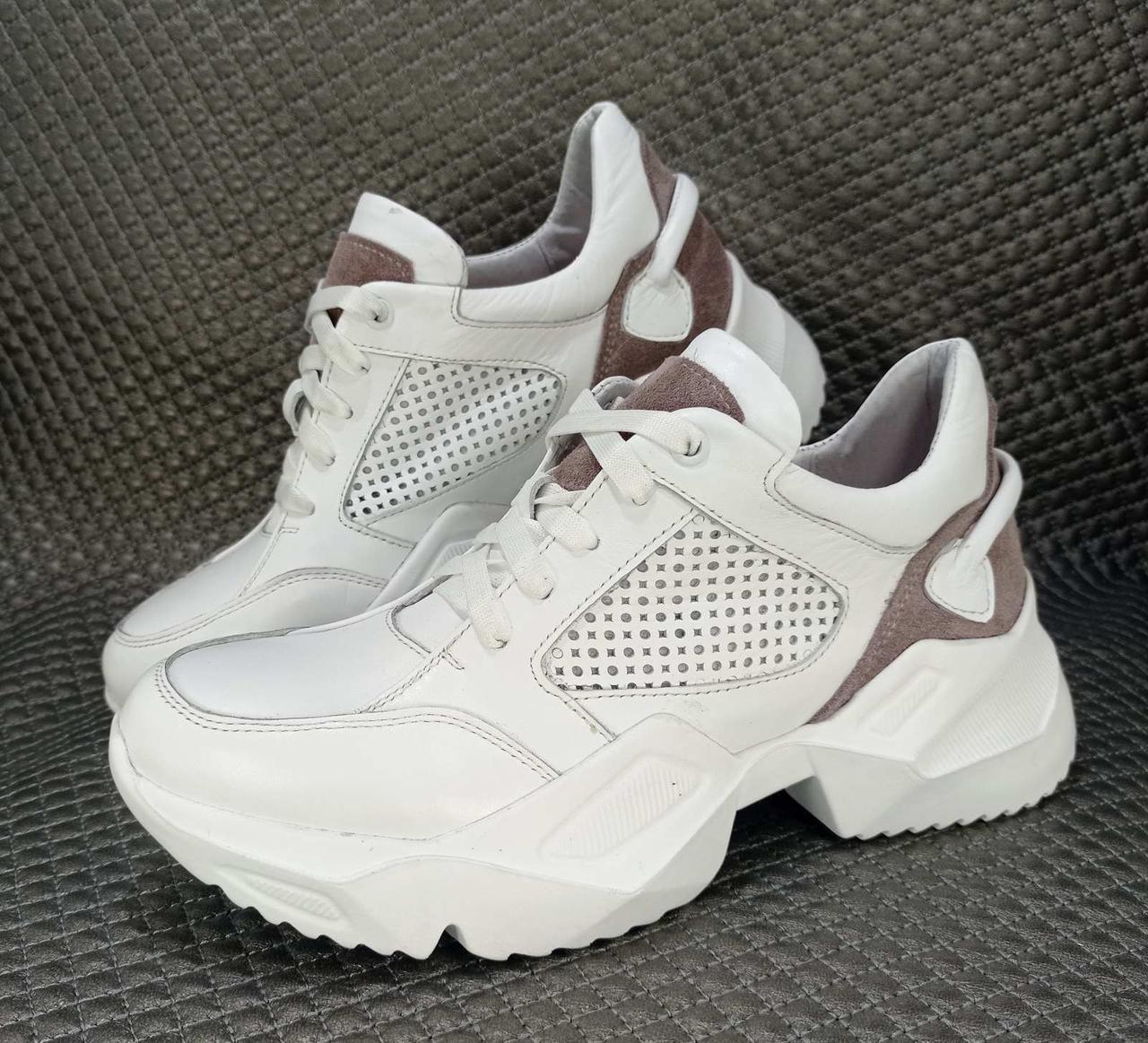 Жіночі шкіряні білі кросівки в перфорацію