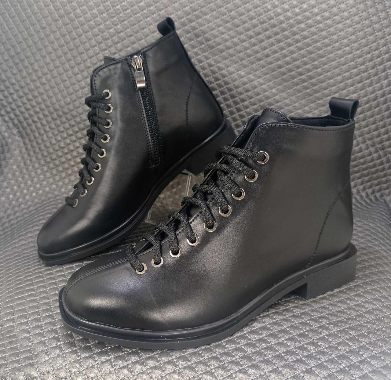 Жіночі шкіряні чорні черевики зі шнурівкою