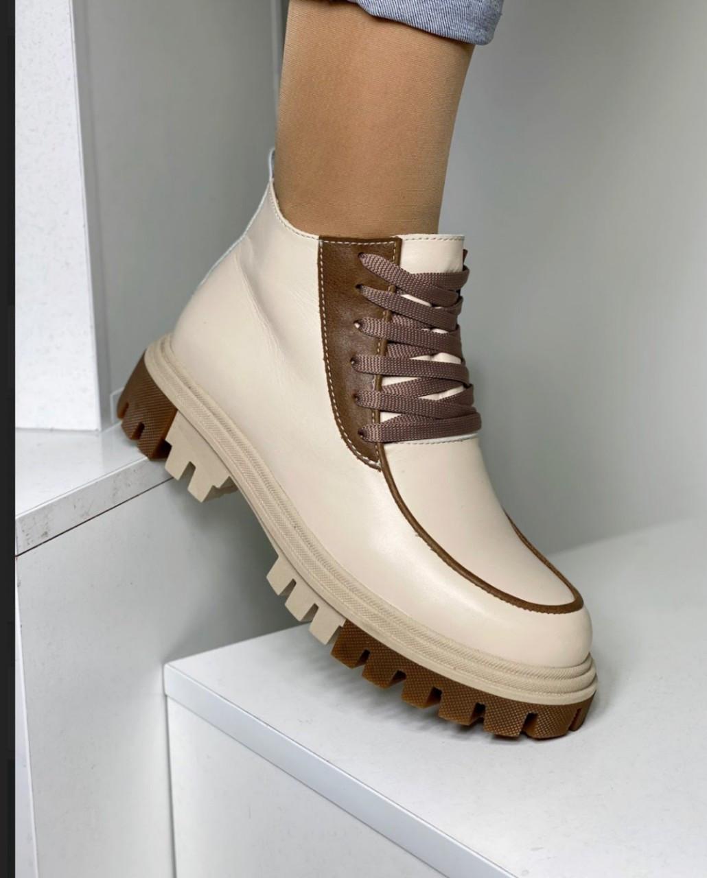 Жіночі бежеві черевики зі шнурівкою
