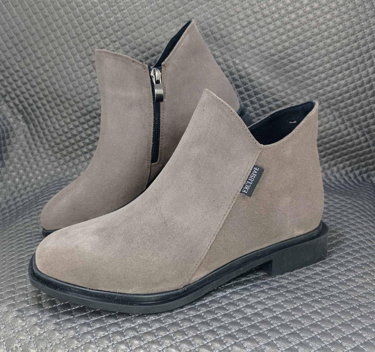 Женские замшевые бежевые короткие ботинки