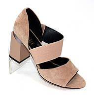 Пудровые женские замшевые босоножки на резинке и устойчивом каблуке