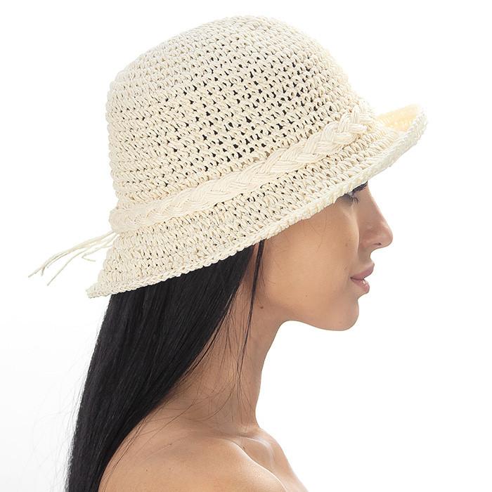 Женская шляпа  с небольшими полями украшена плетенным жгутом цвет молочный