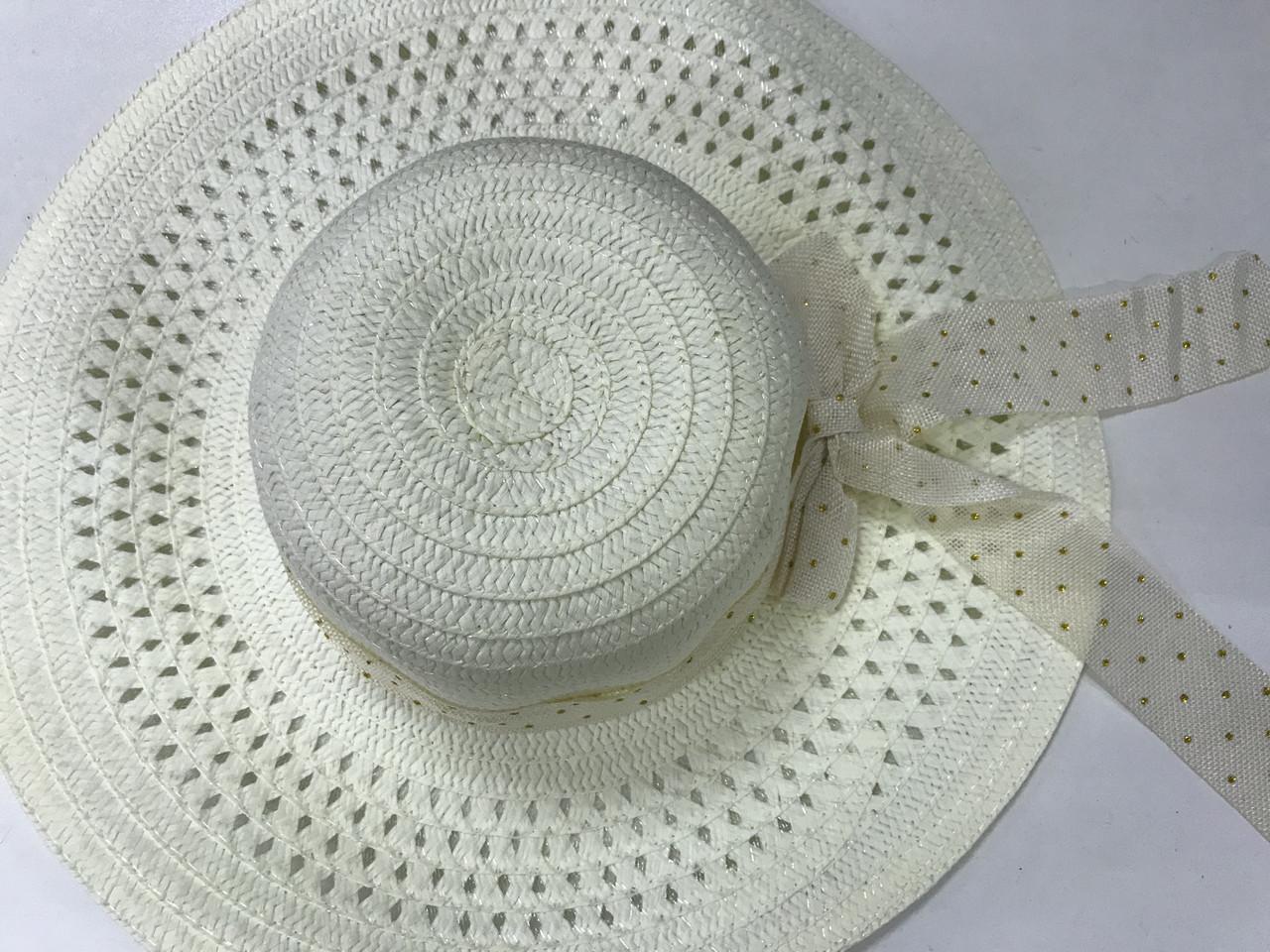 Летняя молочная шляпка из соломки украшена лентой с бантом