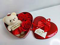 Подарочный набор в форме сердца мыльные розы 3 шт с мишкой красный