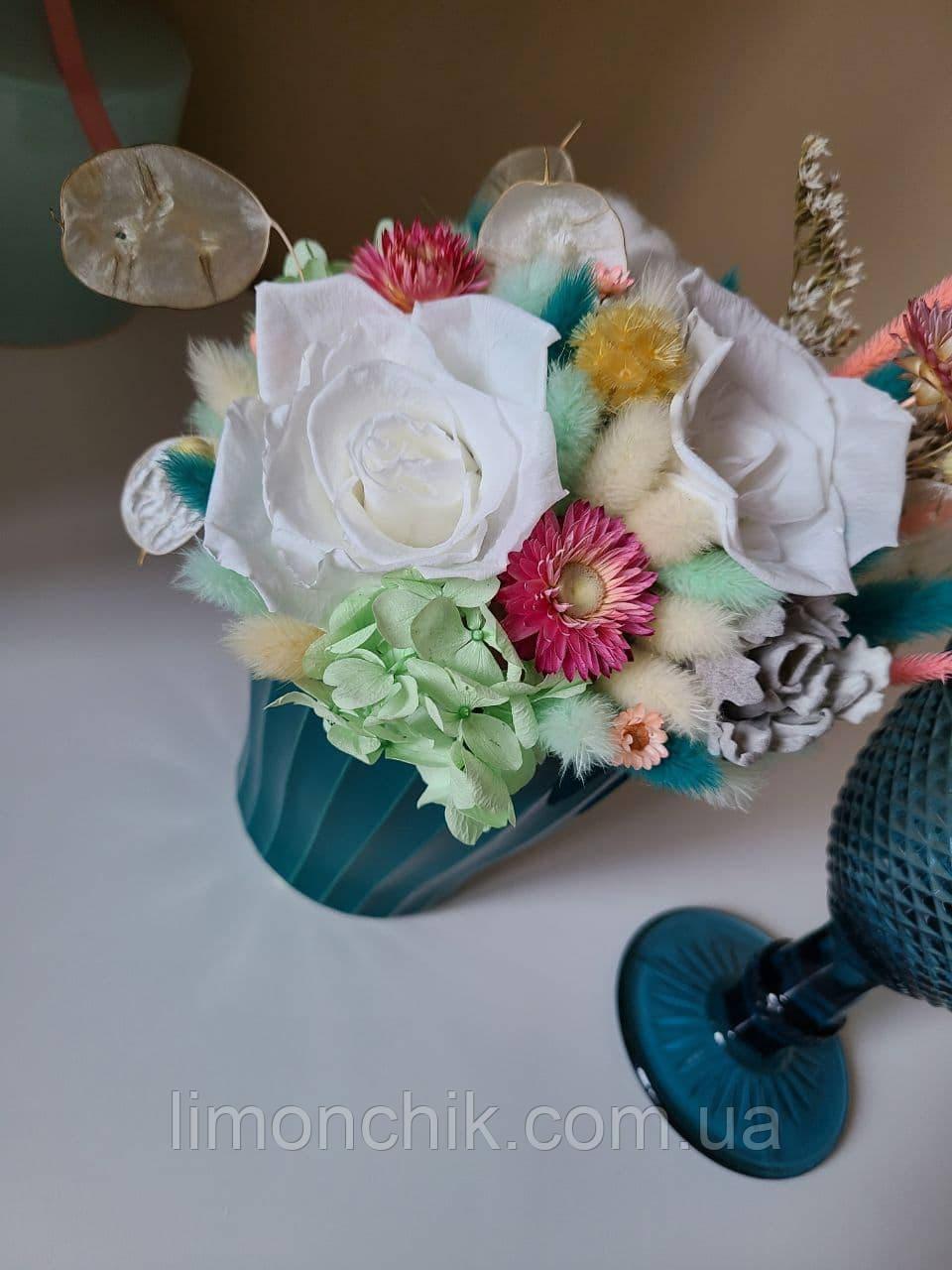 Букет из сухоцветов, стабилизированных цветов.