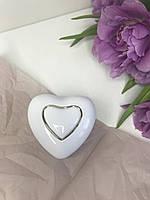 Ювелирный футляр белое сердце с подсветкой для кольца.