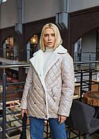 Женская стеганая двубортная куртка демисезонная с отделкой из эко норки беж