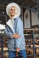 Женская стеганая двубортная куртка демисезонная с отделкой из эко норки голубая
