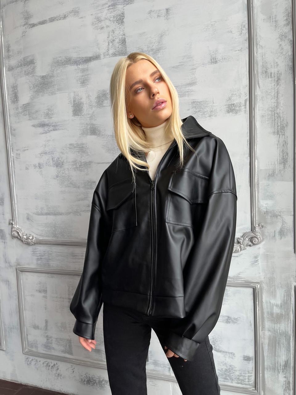 Демисезонная куртка кожанка короткая с отложным воротником и накладными карманами (р. 42-46) 7201594