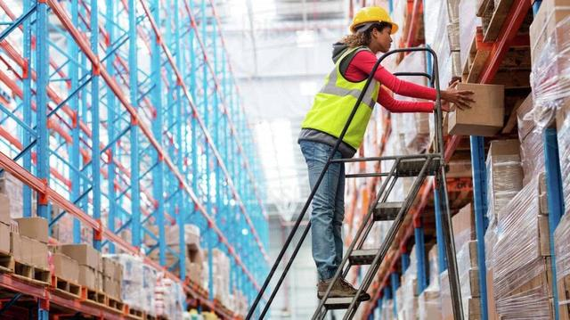 Лестницы и тележки для склада