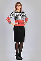 Женский трикотажный комплект ― из прямой черной юбки и топа с принтом.
