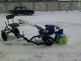 щетка для уборки снега в работе