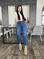 Женские джинсы с потертостями большого размера.