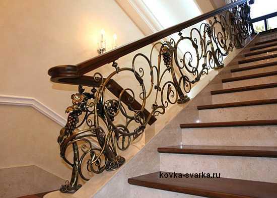 Перила лестницы дачного дома