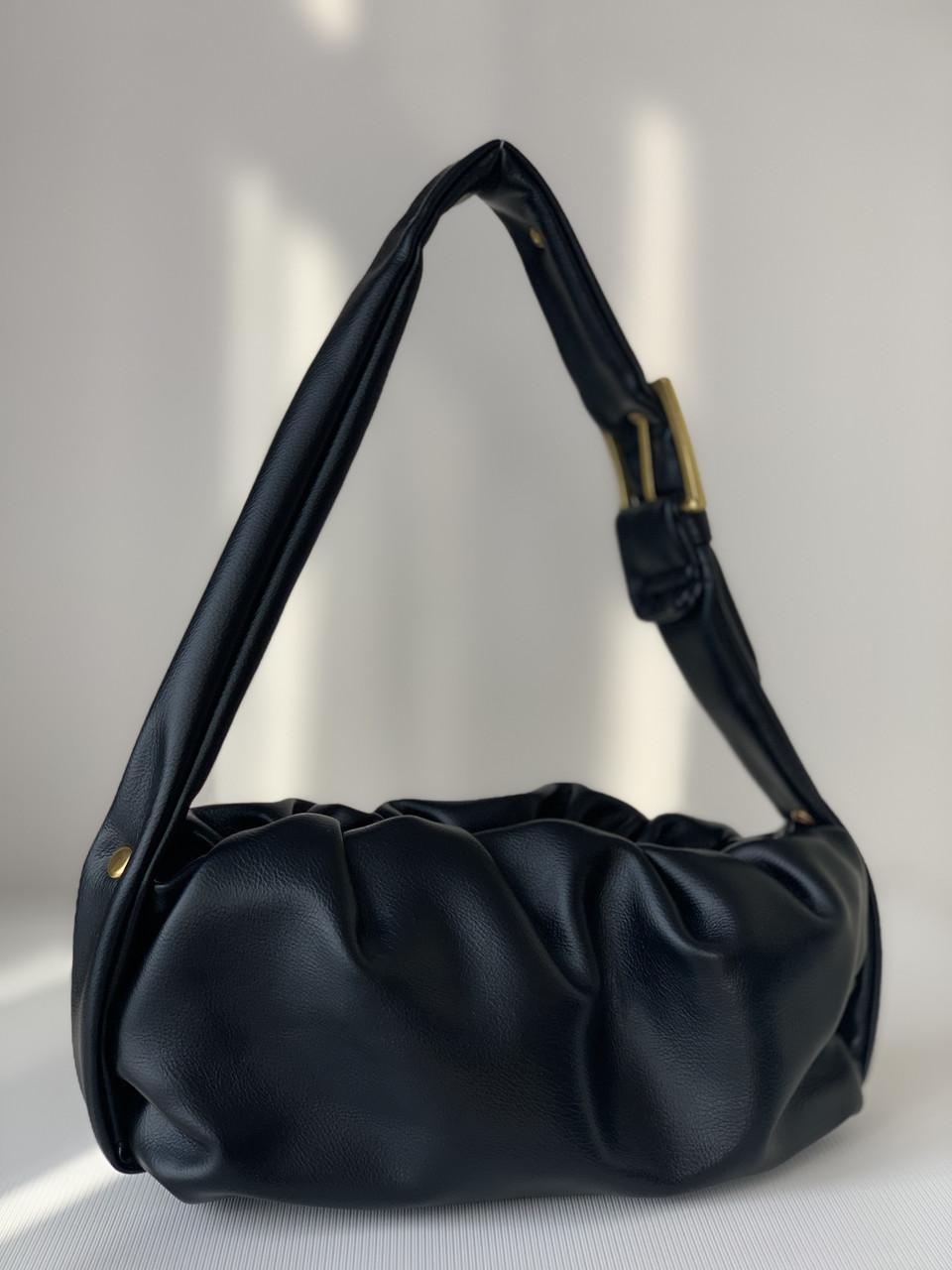 Маленька чорна м'яка сумочка