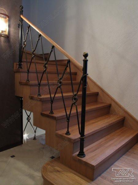 Перила лестницы дачного дома для надежности