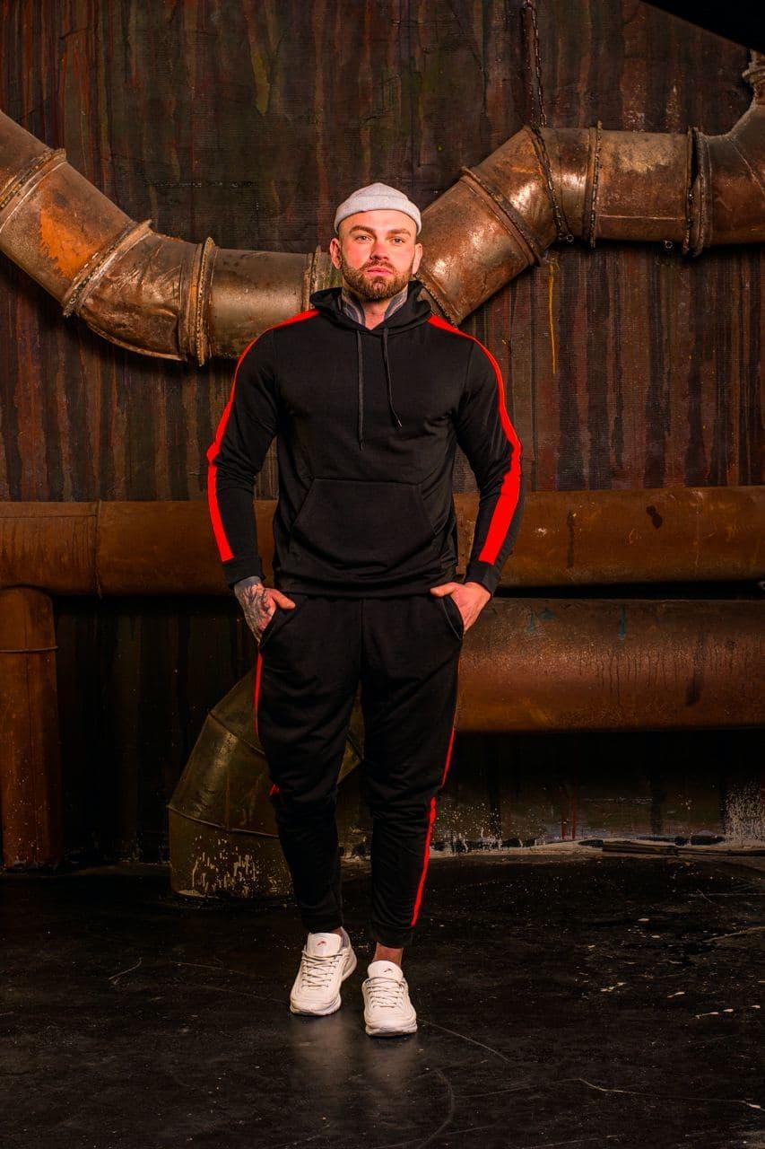 Мужской спортивный костюм.