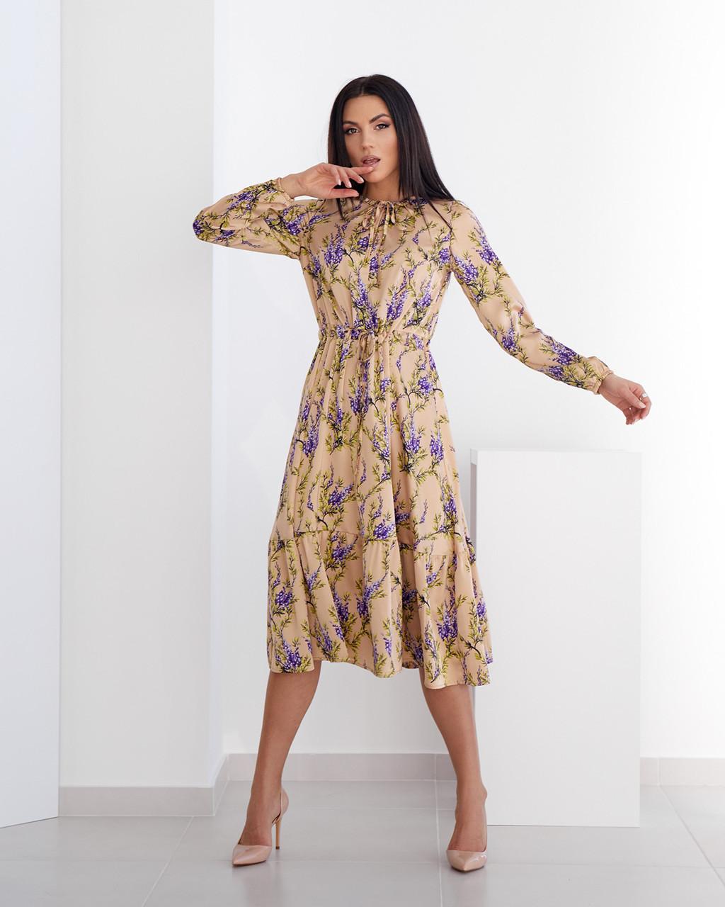 Элегантное шелковое платье с цветочным принтом бежевое