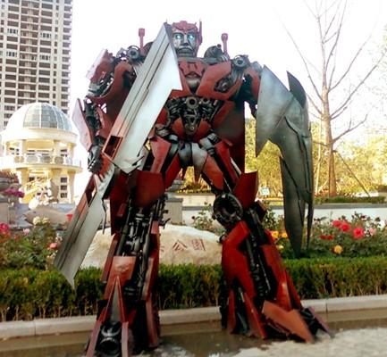 Парковая скульптура.Робот император.