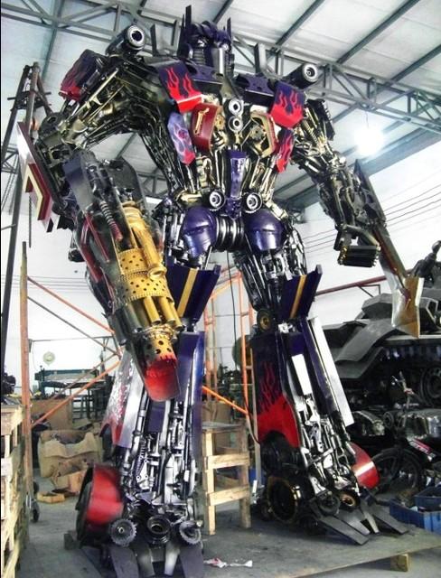 Парковая скульптура.Робот великан из металла.