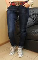 Стильные женские  молодежные джинсы варенка   с красным поясом полубатал
