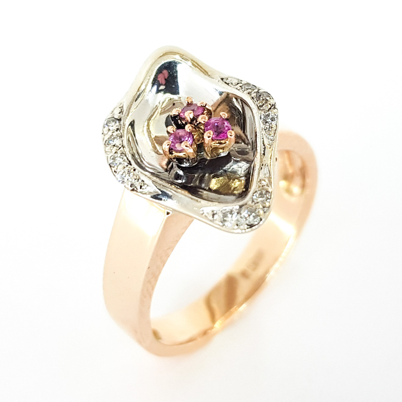 Золотое кольцо с бриллиантами и розовыми сапфирами