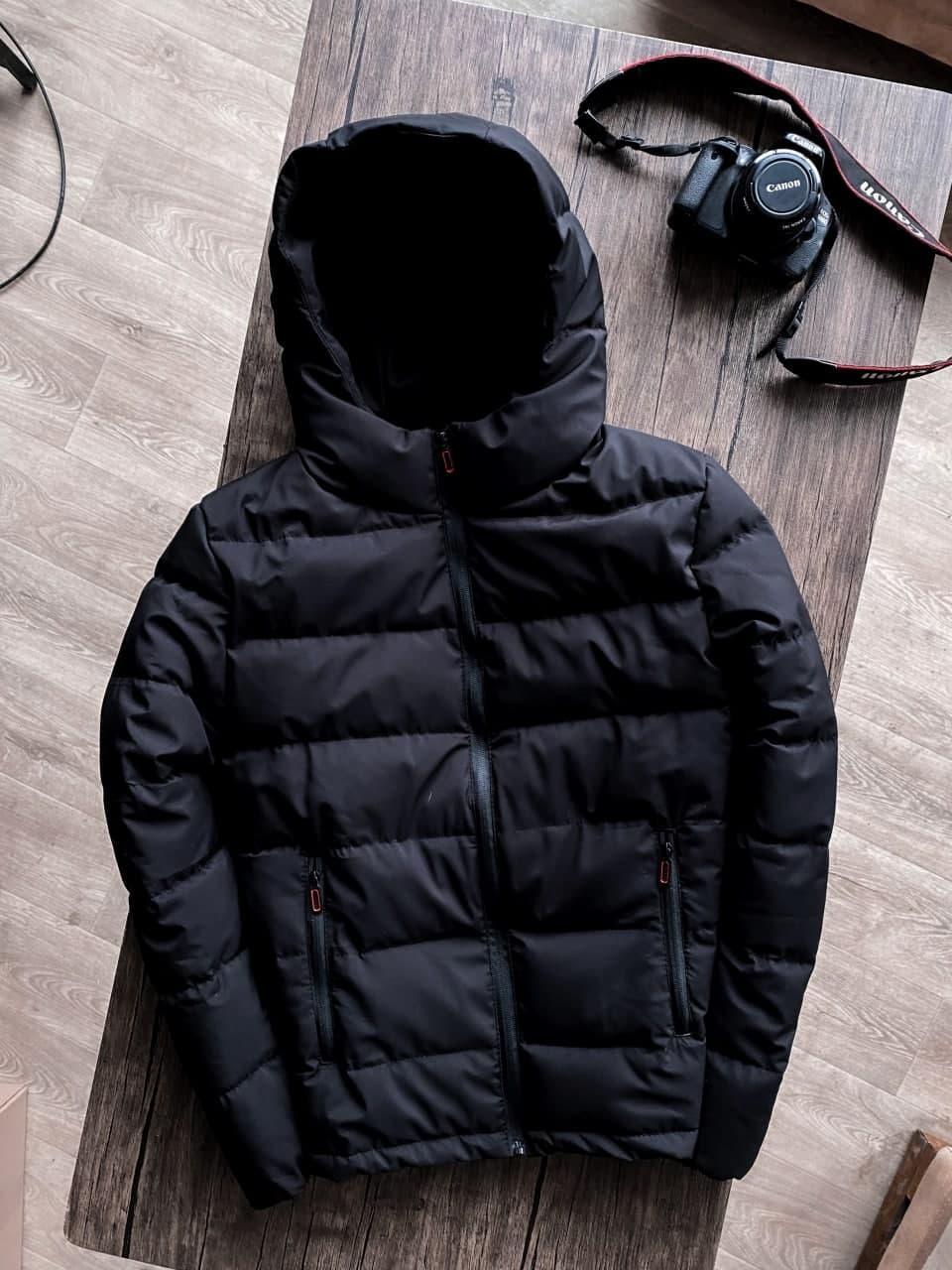 Куртка чоловіча на блискавці з капюшоном чорна. Стильна чоловіча базова вітровка чорного кольору.