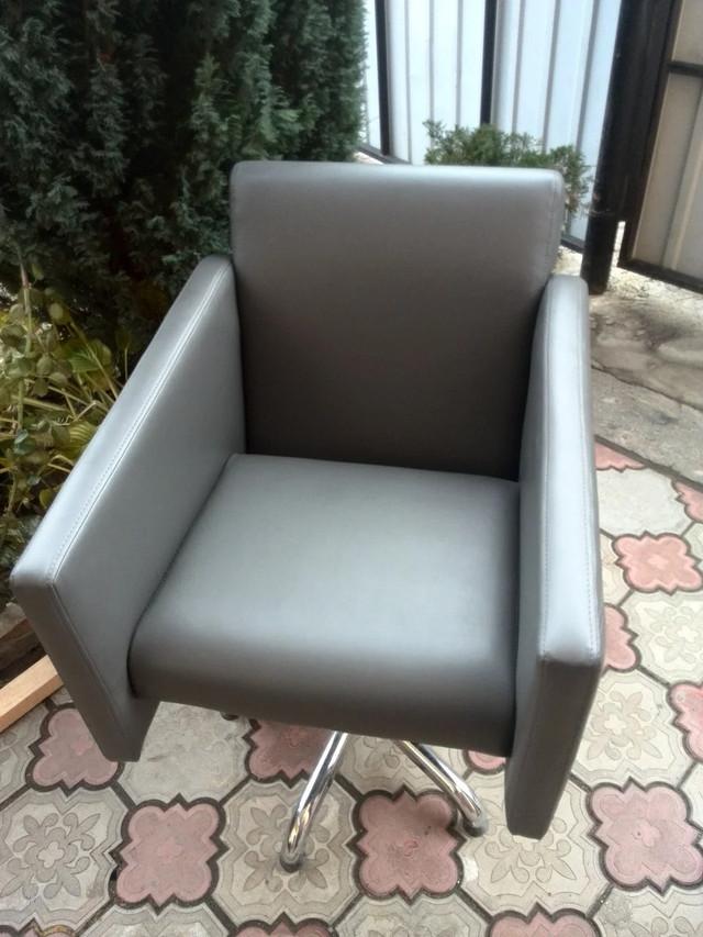 Перукарські зручне крісло для клієнтів перукарських салонів JULIETA крісла перукарів на гідравліці