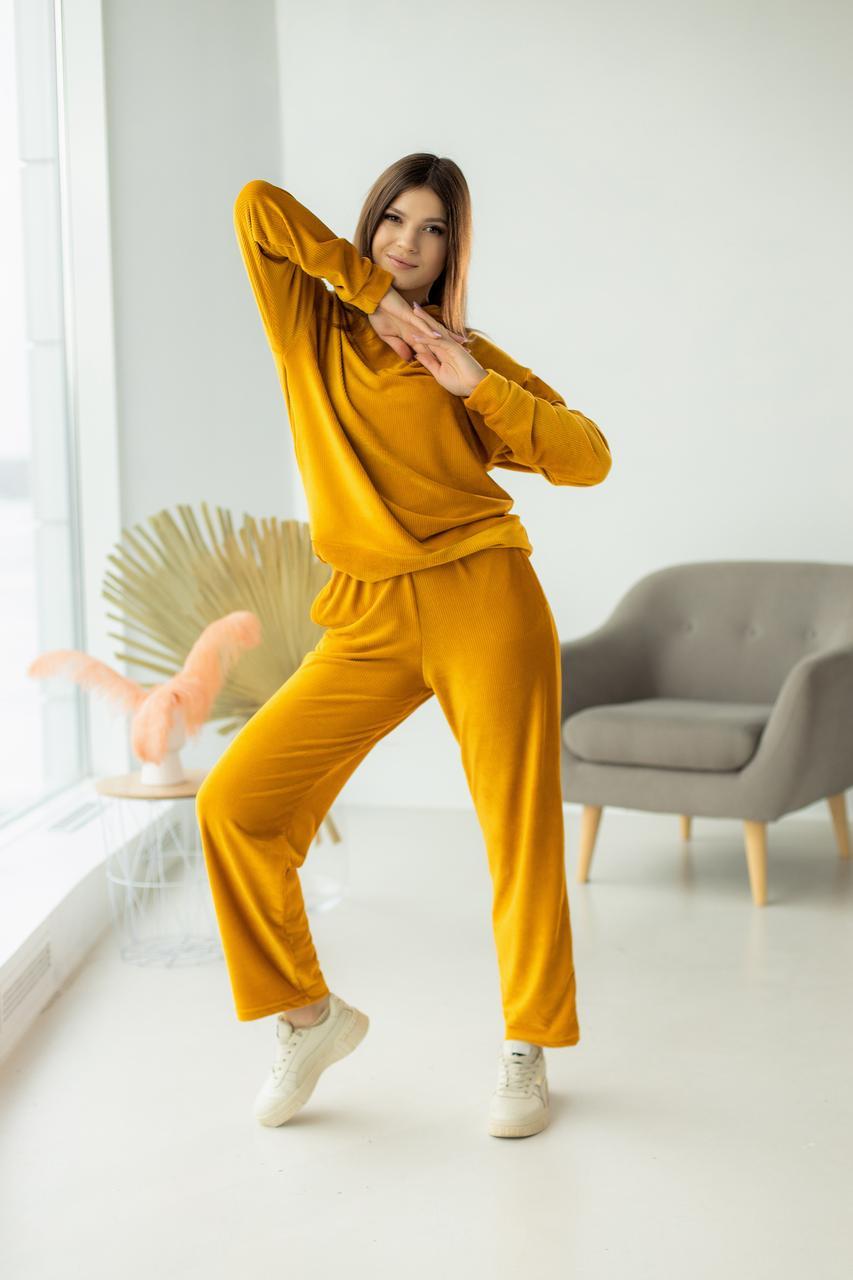 Яркий велюровый женский костюм
