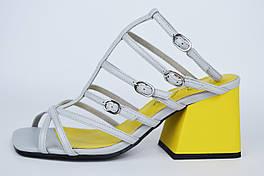 Босоножки на расклешенном каблуке Berkonty 0117671 36 Серо-желтые кожа