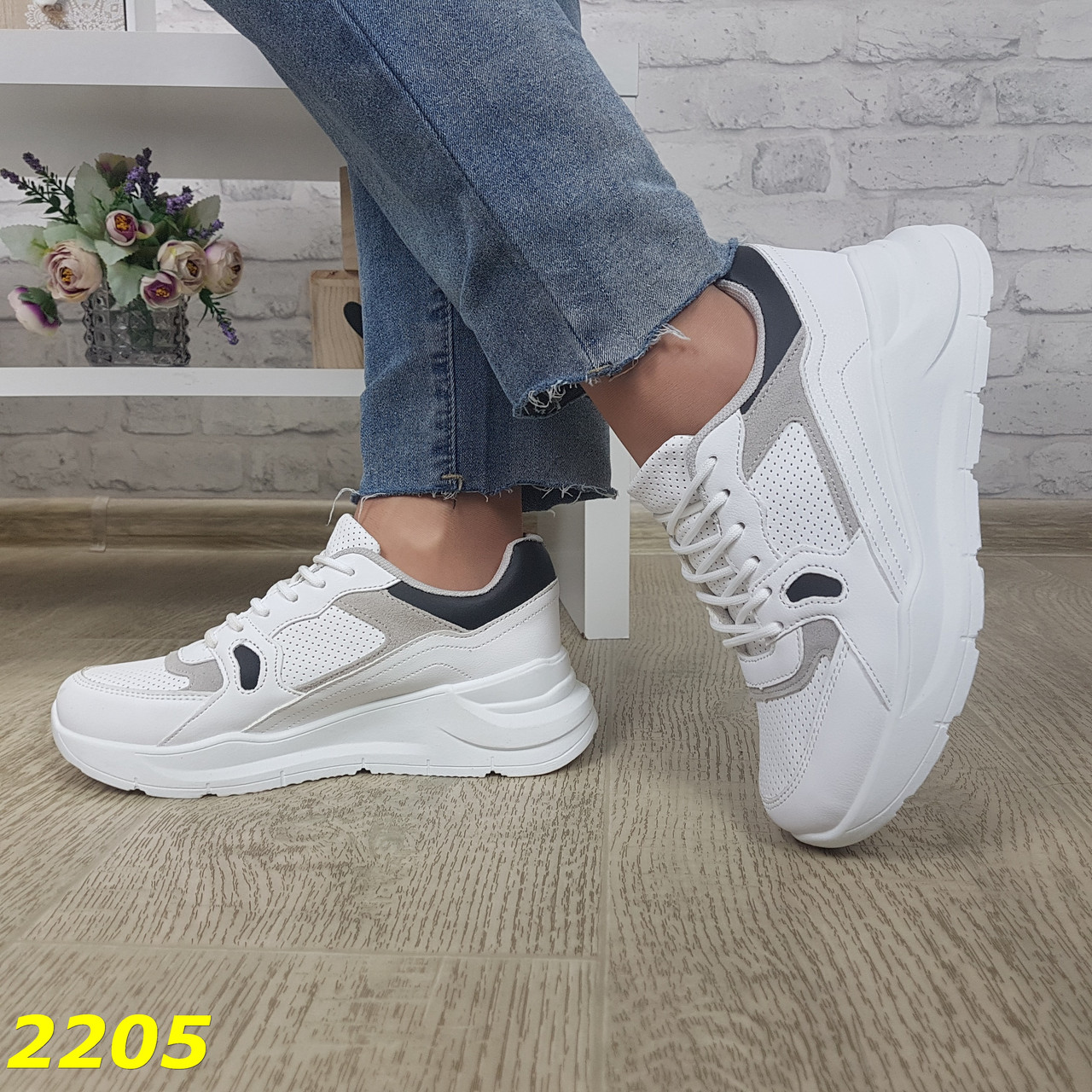 Кросівки на високій масивній підошві білі з сірим