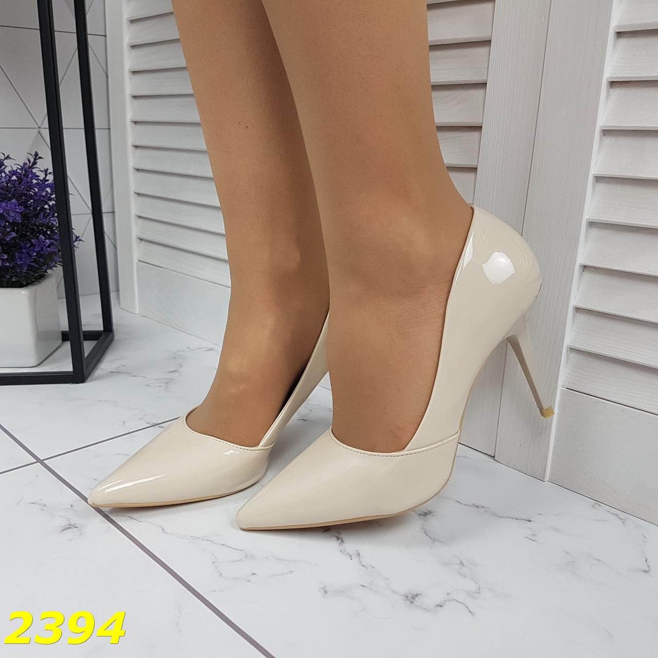Класичні туфлі на низькому каблуці бежеві