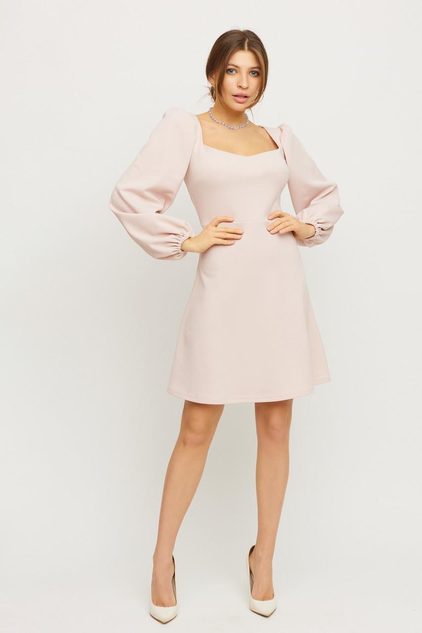 Короткий бежеву сукню з об'ємними рукавами