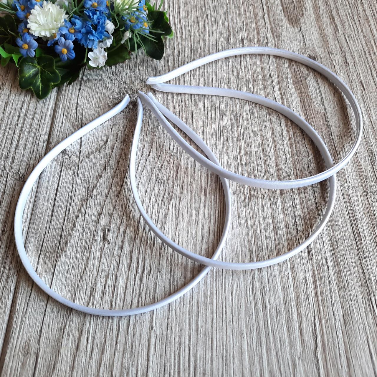 Обруч металлический шириной 5 мм, обтянут белой атласной тканью.