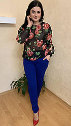 Костюм женский черная блуза с цветами и синие брюки