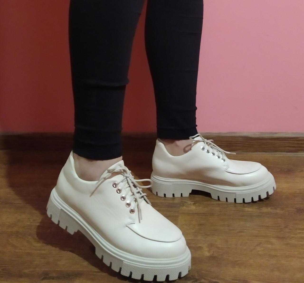 Туфлі жіночі бежеві на масивній пілошві  і на шнурках шкіряні