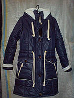 Женская курточка имеет  накладные и прорезные с молниями