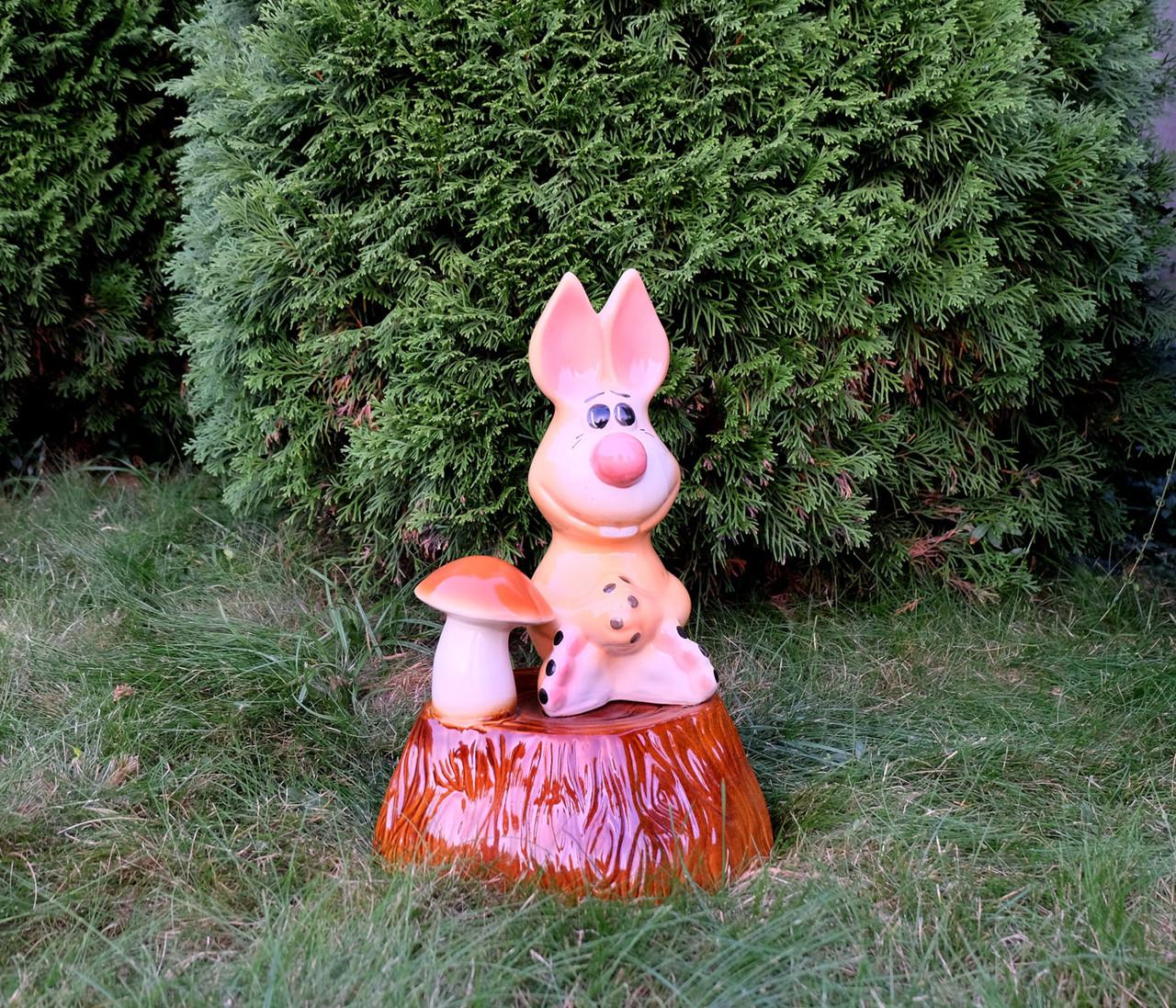 Зая на пне - садовой декор 39х26 см керамика (810)