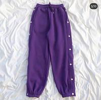 Теплые штаны декорированы кнопками