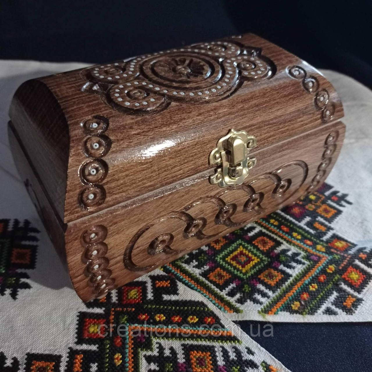 Різьблена скринька з дерева 17*10 з оксамитом ручної роботи