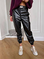 Черные брюки джоггеры из экокожи женские с декоративной пряжкой и накладными карманами (р.S-XL) 72mbl581, фото 1