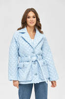 Женская модная стеганая куртка с поясом и накладными карманами голубая