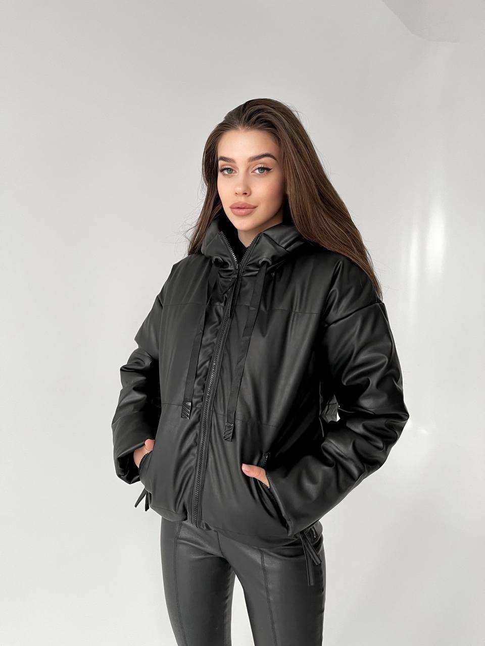 Модная женская черная куртка из экокожи демисезонная