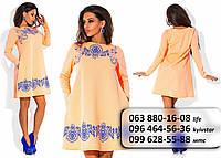 Милое женское платье свободного кроя с карманами в боковых швах и необычным принтом оранжево-коралловое
