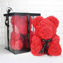 Медвежонок из роз в подарочной коробке.