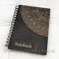 """Дерев'яний блокнот А5. Дизайн """"Мандала"""". Білі аркуші в клітинку.  Колір обкладинки венге (чорний)."""